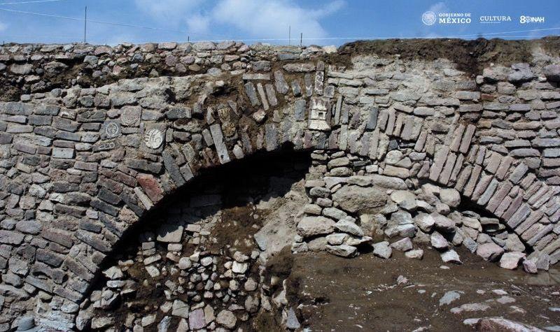 Imagen del arco del túnel descubierto con glifos prehispánicos