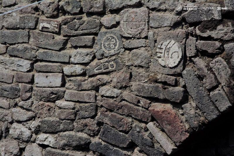 Glifos tallados en piedra alrededor del túnel de Ecatepec