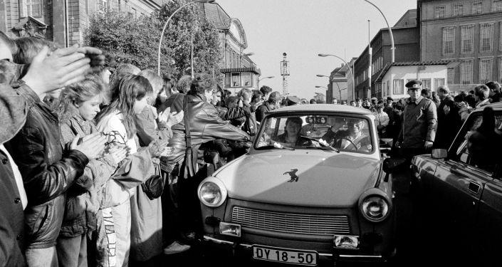 Ciudadanos de Berlín Occidental dan la bienvenida a los alemanes orientales que pasaron el punto de control de la frontera del Muro de Berlín