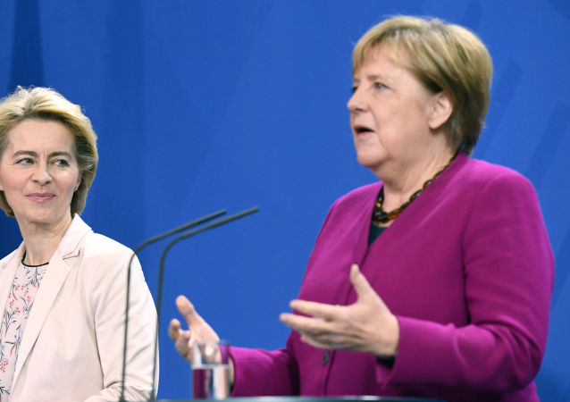 La nueva presidenta de la Comisión Europea, Ursula von der Leyen, y la canciller alemana, Angela Merkel