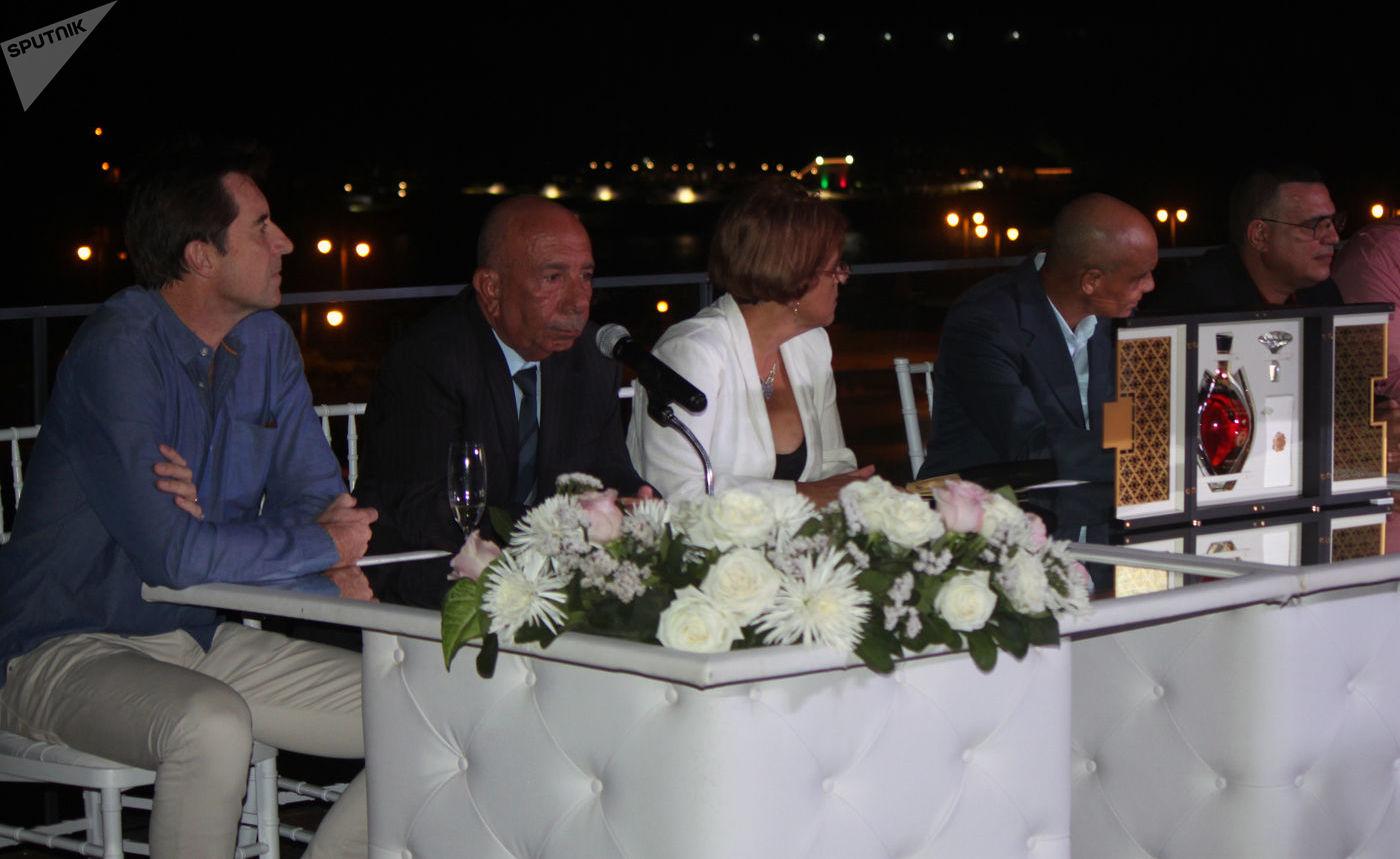 De izquierda a derecha Christian Barre, director general de Havana Club International, y los maestros de ron Juan Carlos González, Salomé Alemán, Manuel Calderón y Asbel Morales