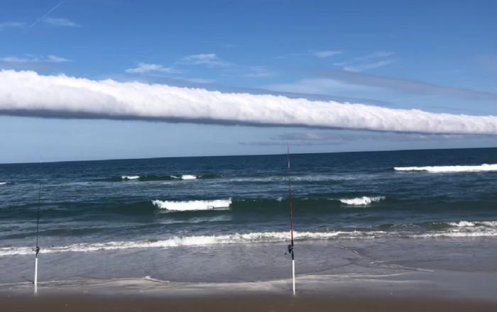 Captan una alucinante nube en forma de rollo en una playa de EEUU