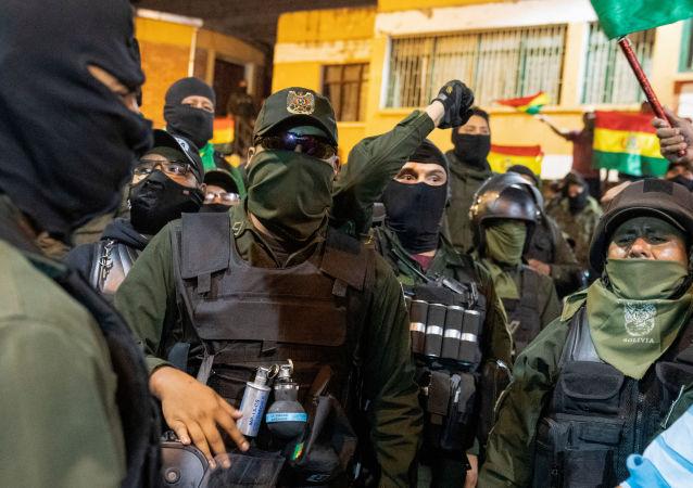 La Policía Boliviana en La Paz durante su repliegue