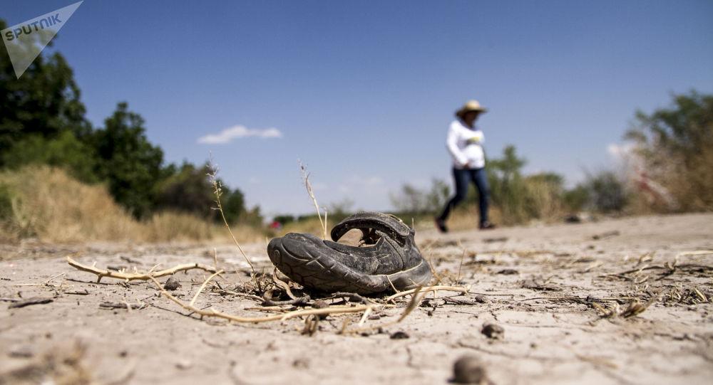 Silvia Ortiz, madre de Fanny Sánchez Viesca, detrás de un zapato de niña, busca restos humanos en diferentes puntos de Coahuila