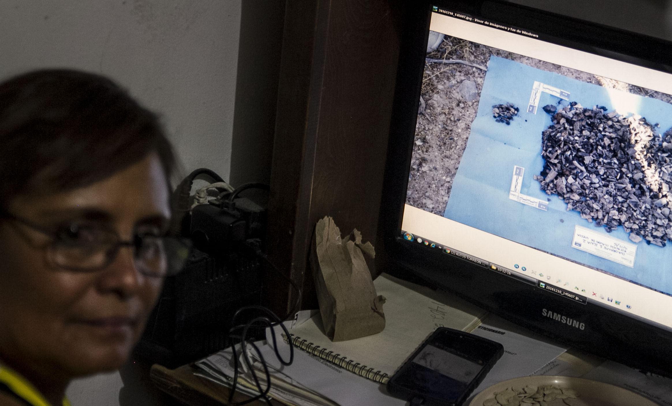 Silvia Ortiz muestra fotos de los restos localizados en diferentes campos de exterminio, donde el Grupo VIDA realiza búsqueda de personas desaparecidas
