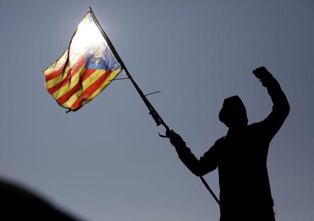 Un manifestante con la bandera de Cataluña