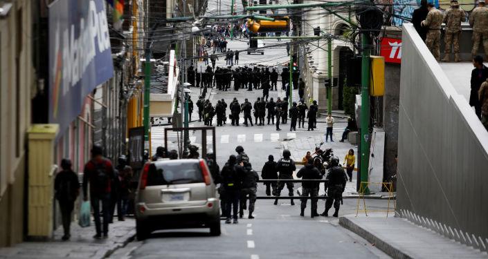 Miembros de Seguridad boliviana participan en protestas en La Paz