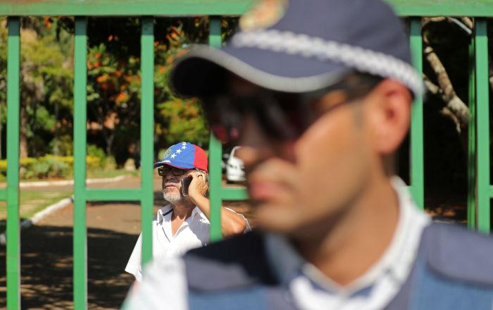 Un policía cerca del muro de la Embajada de Venezuela en Brasilia