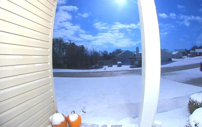 Cámaras de seguridad captan la caída de un meteoro azul en EEUU
