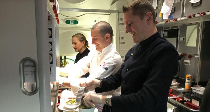 Los miembros del equipo del avión de Qantas se preparan para el vuelo directo más largo de la historia