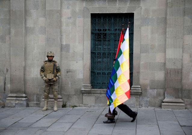 Un manifestante y un militar en La Paz, Bolivia
