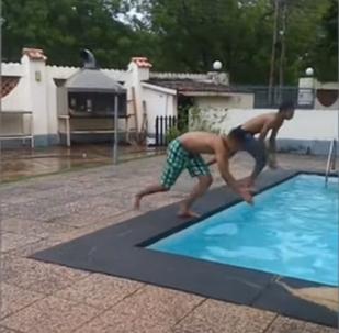 Así ganó un joven una competición de natación sin nadar ni un metro