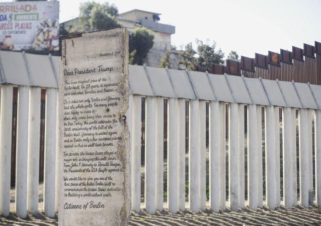 Una parte del Muro de Berlín se encuentra frente al muro fronterizo entre México y Estados Unidos
