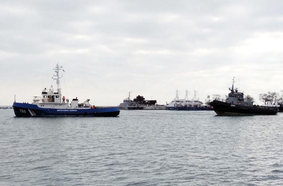 Los barcos ucranianos detenidos en el estrecho de Kerch