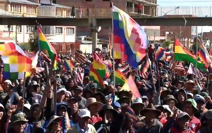 Manifestantes indígenas bloquean una refinería de petróleo cerca de La Paz