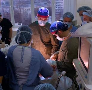 El 'Popeye ruso' durante la cirugía