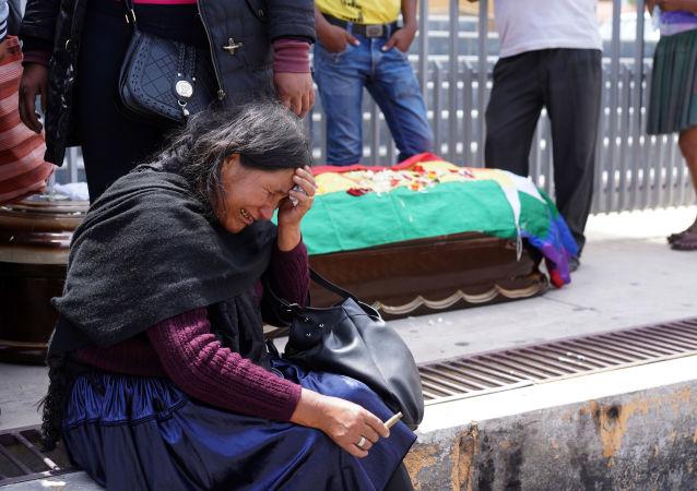 Una boliviana llora cerca del ataúd de uno de los partidarios de Evo Morales que murió en Cochabamba