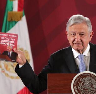 AMLO presenta su libro 'Hacia una economía moral' en conferencia de prensa