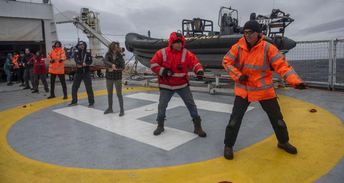 El equipo de Greenpeace y el investigador argentino Martín Brogger a bordo del barco Esperanza