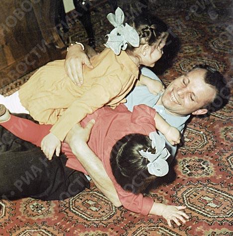 Юрий Гагарин c дочерьми