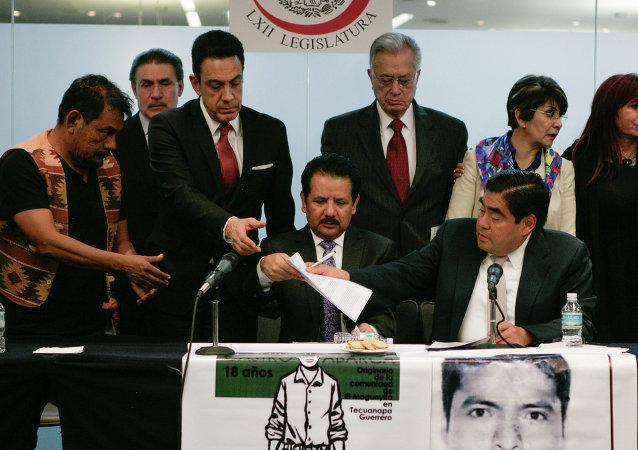 Familiares de 43 estudiantes piden al Senado de México anular poderes en Guerrero