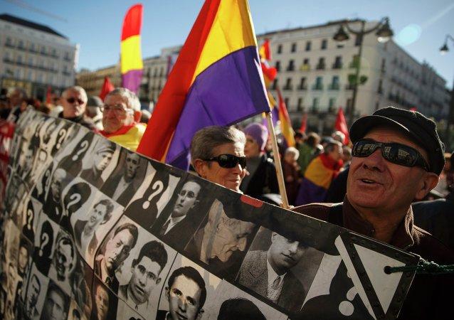 Manifestantes sujetan retratos de las víctimas del franquismo (archivo)