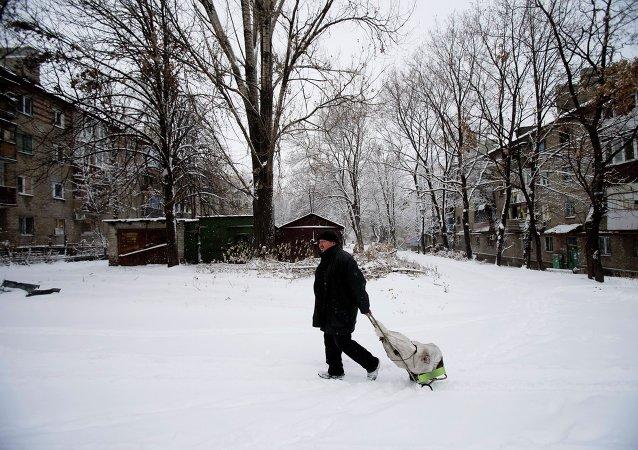 Hombre camina por la ciudad de Donetsk