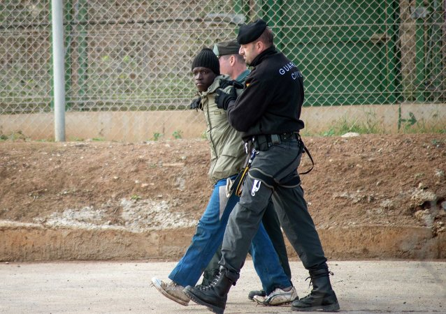Agentes de la Guardia Civil escoltan a un inmigrante ilegal en Melilla