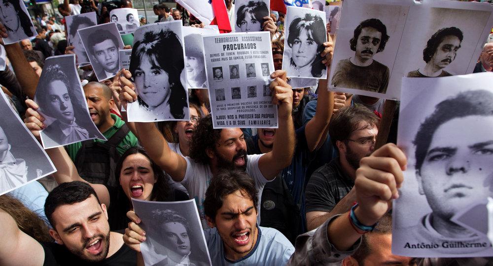 Activistas con las fotos de las personas desaparecidas durante la dictadura en Brasil