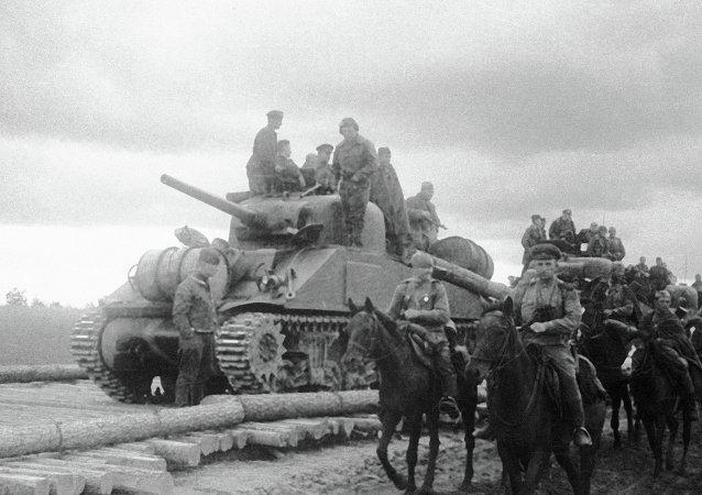 Подразделение кавалерии и танковая часть Юго-Западного фронта на американских танках Шерман, поставленных по ленд-лизу