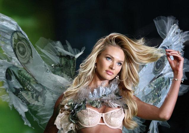 Модель во время показа Victoria's Secret в Лондоне