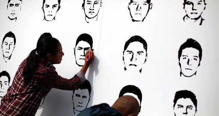 Miembros de Amnistía Internacional participan en una manifestación en recuerdo de los 43 normalistas desaparecidos en Ayotzinapa, México.