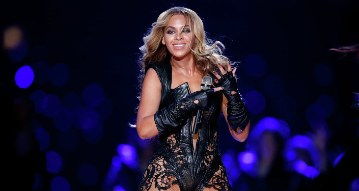 Американская певица Бейонсе во время выступления на Super Bowl XLVII