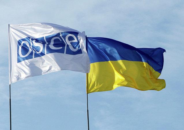 Banderas de la OSCE y Ucrania