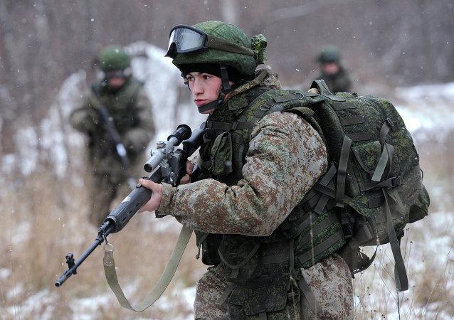 Los militares demuestran el traje blindado Rátnik, de fabricación rusa, durante unos ejercicios
