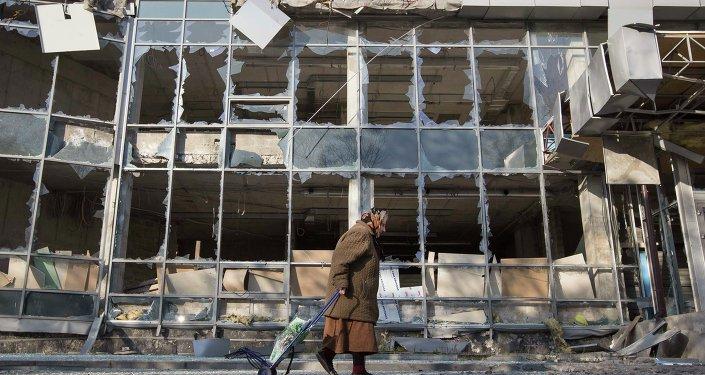Старушка идет перед разрушенным зданием, Донецк, Украина, 15 октября 2014
