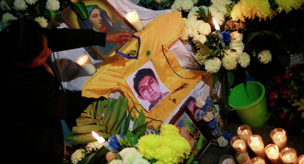 Фото убитого студента Alexander  Mora Venancio на алтаре в доме его отца 6 декабря 2014