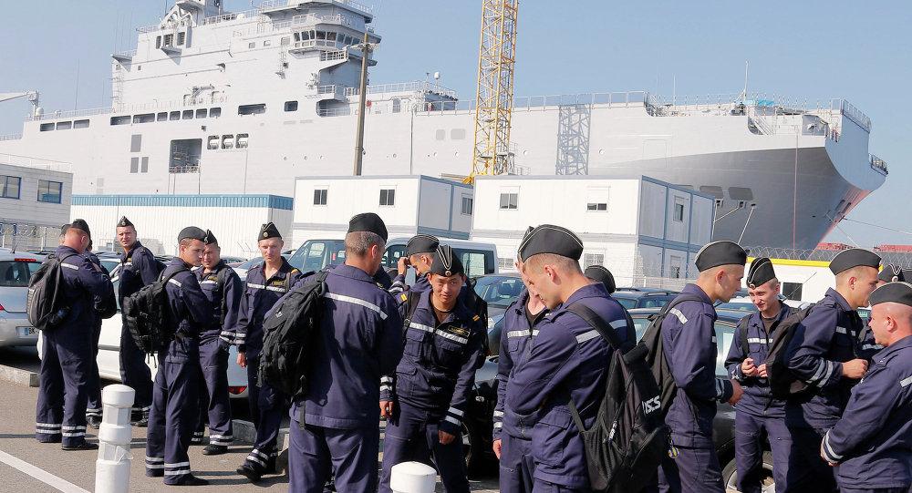 Российские моряки возле вертолетоносца Владивосток в порту города Сен-Назер, Франция
