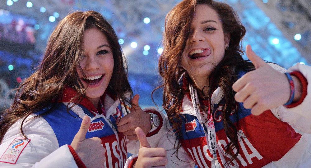 Las rusas Elena Ilyiná y Adelina Sótnikova, en la clausura de los XXII Juegos Olímpicos de Sochi