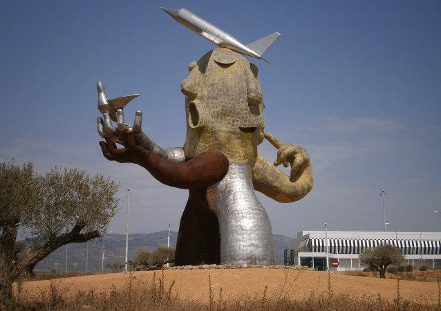 Estatua «El hombre avión» de Juan Ripollés, a la derecha, la Terminal del aeropuerto de Castellón