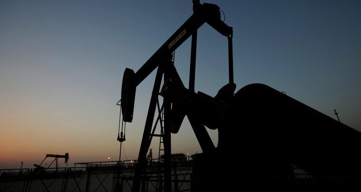 La OPEP acuerda reducir la producción de petróleo en 1,2 millones de barriles diarios - medios