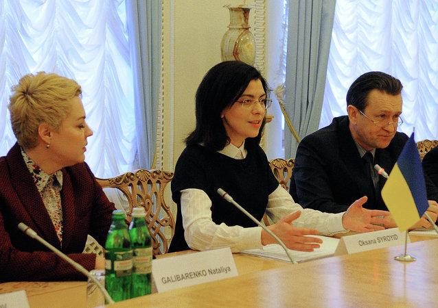 Заместитель председателя Верховной Рады Оксаны Сыроед (в центре) во время встречи в Киеве с министрами иностранных дел стран Вышеградской четверки.
