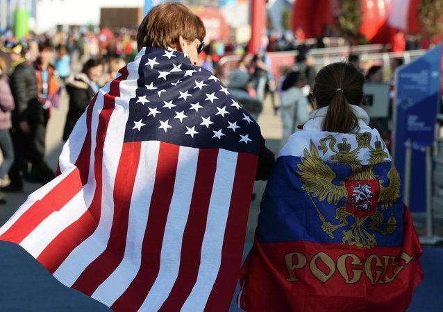 Болельщики в национальных флагах США и России