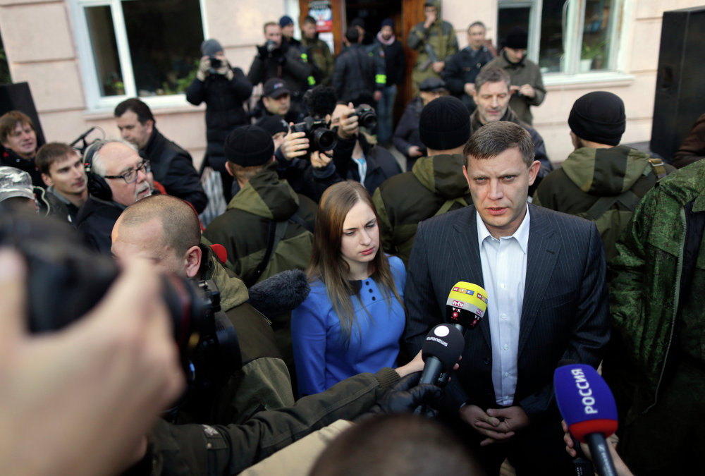 Премьер-министр Донецкой Народной Республики Александр Захарченко с супругой отвечают на вопросы журналистов