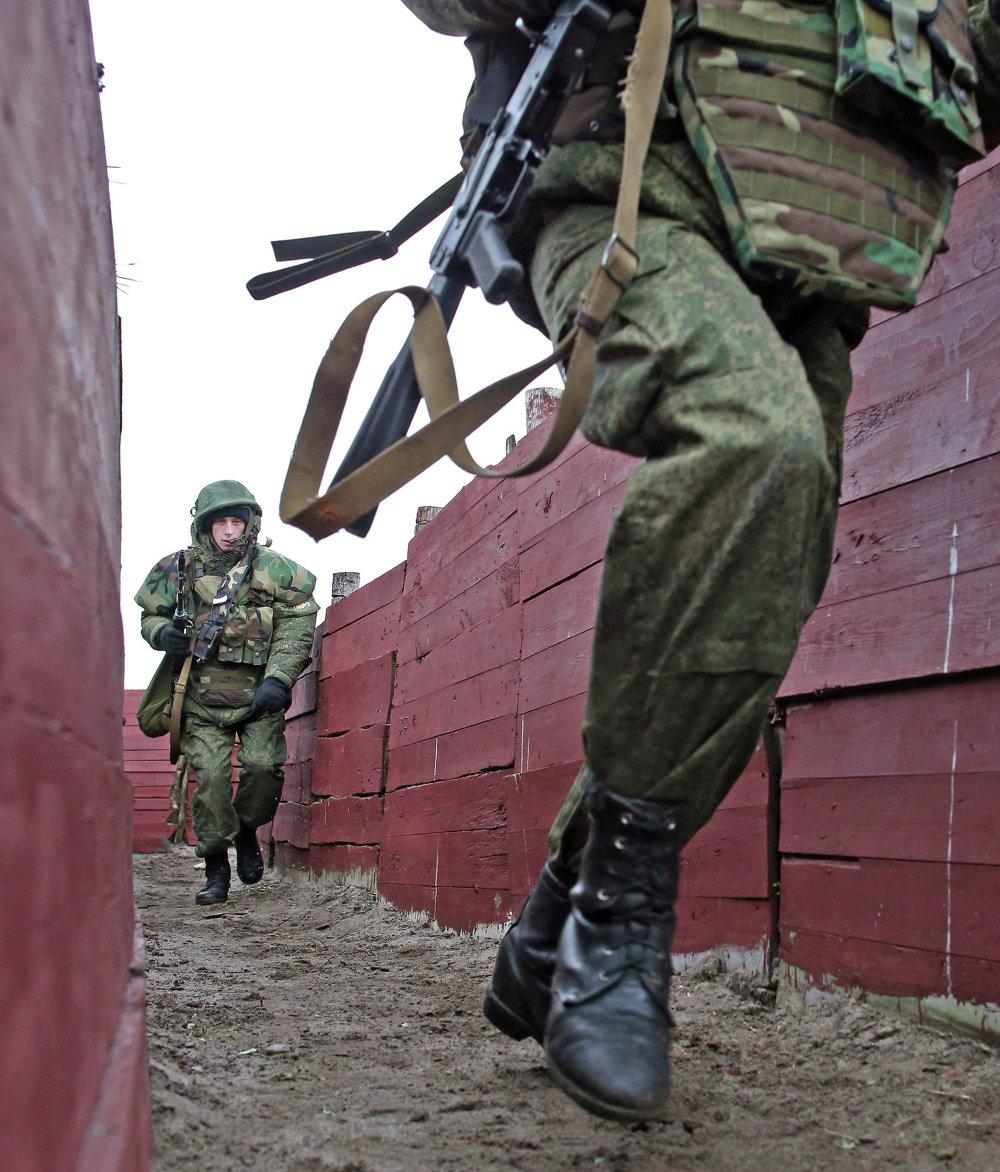 Военнослужащие на учениях морских пехотинцев береговых войск Балтийского флота в рамках подготовки ко дню морской пехоты в Калининградской области