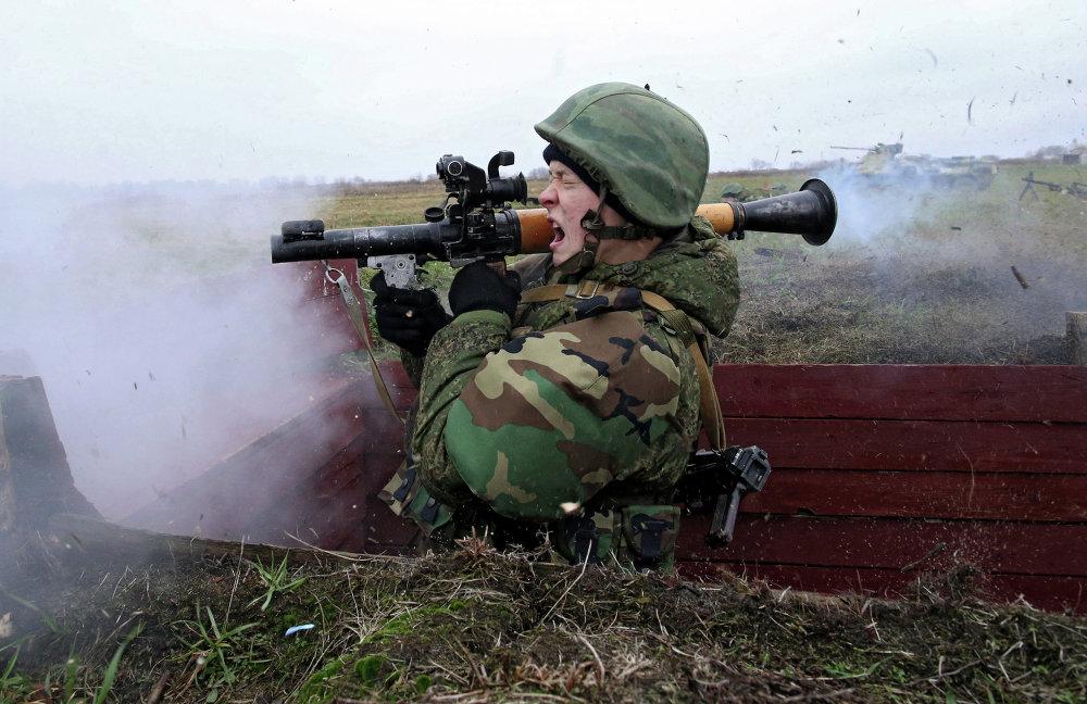 Военнослужащий стреляет из гранатомета на учениях морских пехотинцев береговых войск Балтийского флота в рамках подготовки ко дню морской пехоты в Калининградской области