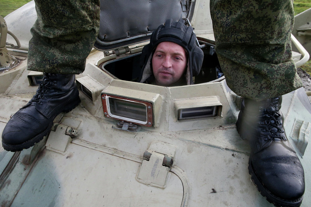 Военнослужащий на учениях морских пехотинцев береговых войск Балтийского флота в рамках подготовки ко дню морской пехоты