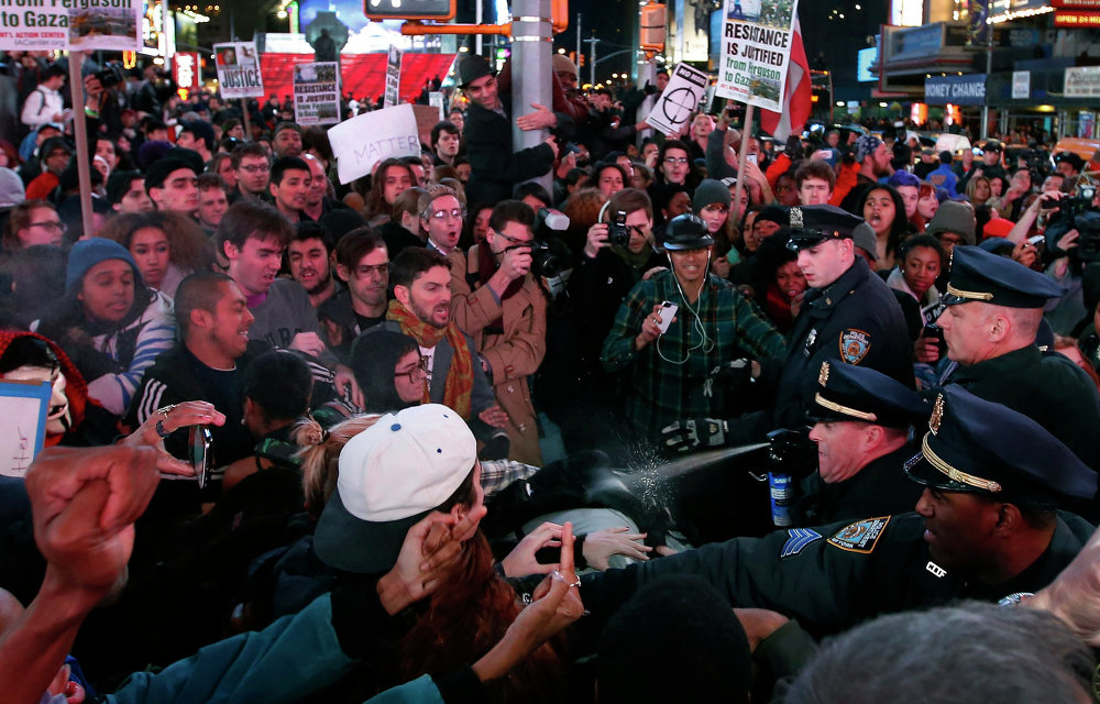 Полиция Нью-Йорка использует слезоточивый газ против демонстрантов на Таймс-Сквер