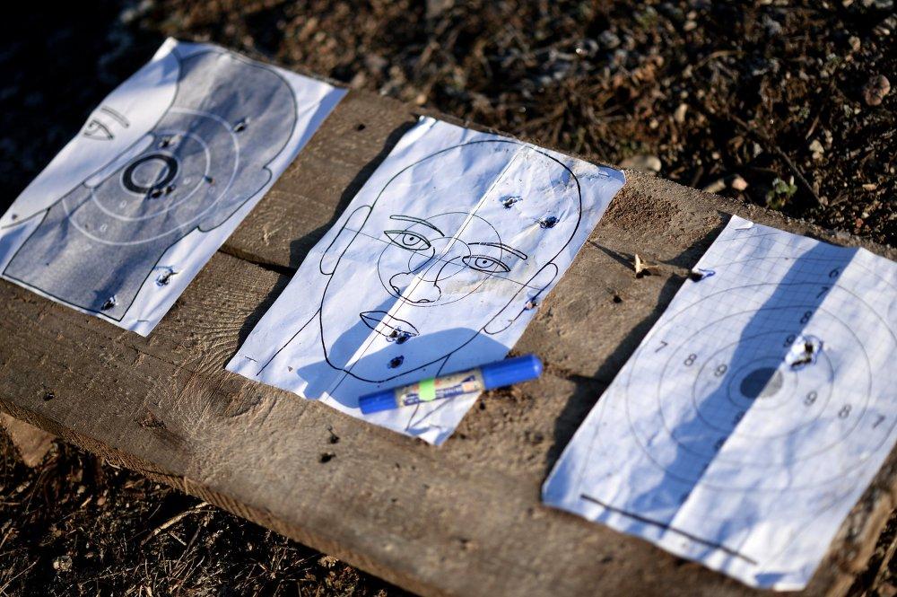 Мишени для стрельбы во время тренировки бойцов СОБР перед командировкой в Дагестан