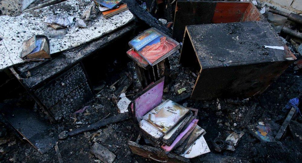 Libros para niños en la casa, dañada por los disparos de Donetsk